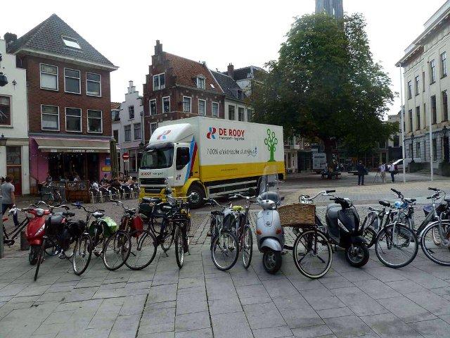 De onlangs gepresenteerde elektrische Hytruck van De Rooy bij het Stadhuis