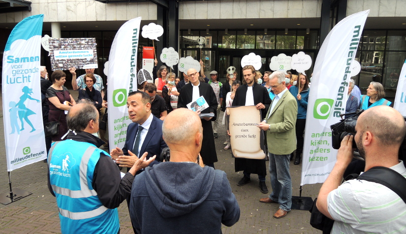 Aanbieding meetrapport 'Wat ademen wij in' aan wethouder Choho inAmsterdam