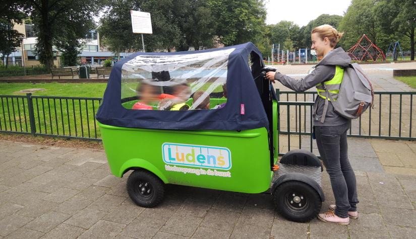 Een elektrische bolderkar die twee taxibusjesvervangt