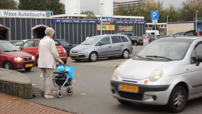 Voor ouderen met een rollator zijn de looproutes erg lastig.