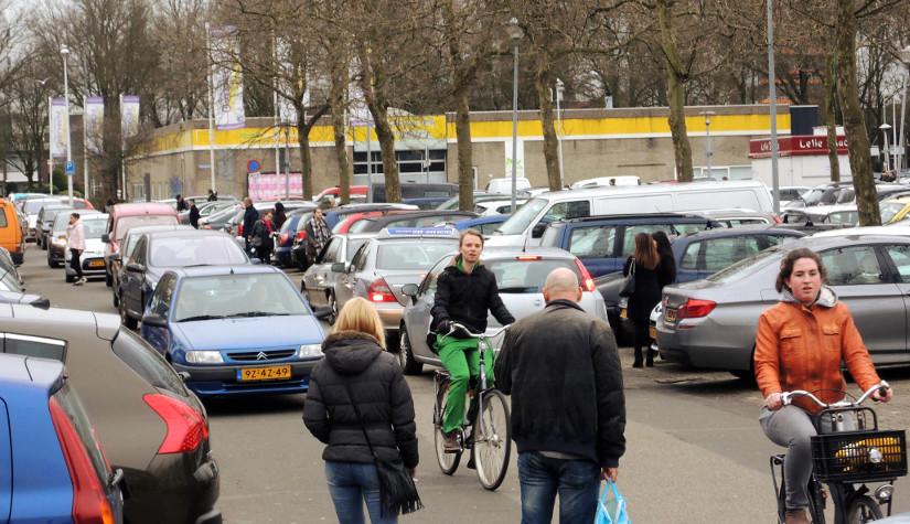 Chaotisch verkeer op parkeerplaats shoppingcenterOvervecht